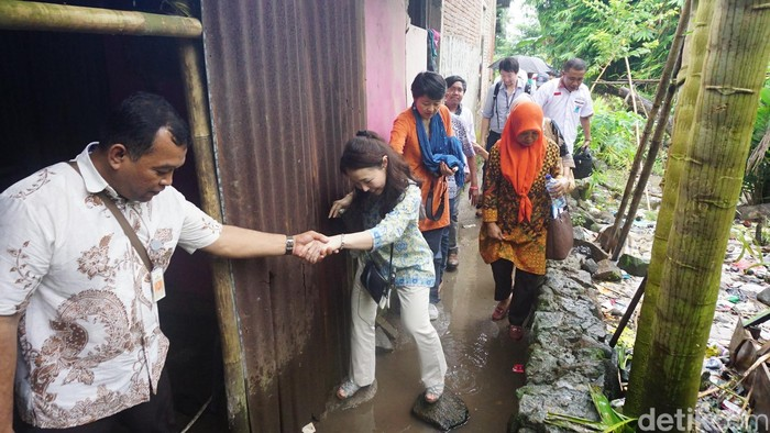 Hujan dan becek. Itulah yang harus dirasakan oleh Duta WHO untuk Eliminasi Penyakit Kusta, Yohei Sasakawa. Foto: Suherni Sulaeman/detikHealth