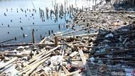 Sampah Berserakan Juga Ada di Pantai Marunda
