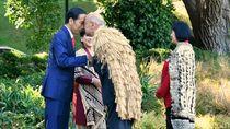 Jokowi Kenalan dengan Tetua Suku Selandia Baru Lewat Adu Hidung
