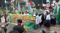 Minta Anies Dukung Habib Rizieq, Massa Demo di Gedung DPRD DKI