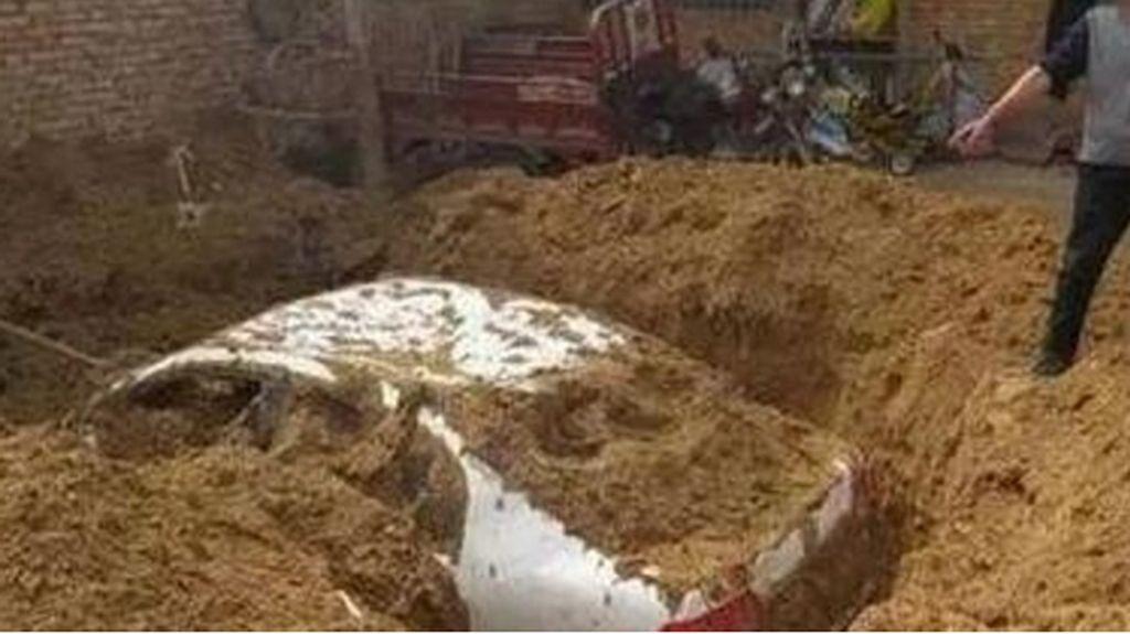 Pelaku Tabrak Lari Kubur Mobilnya di Halaman Rumah