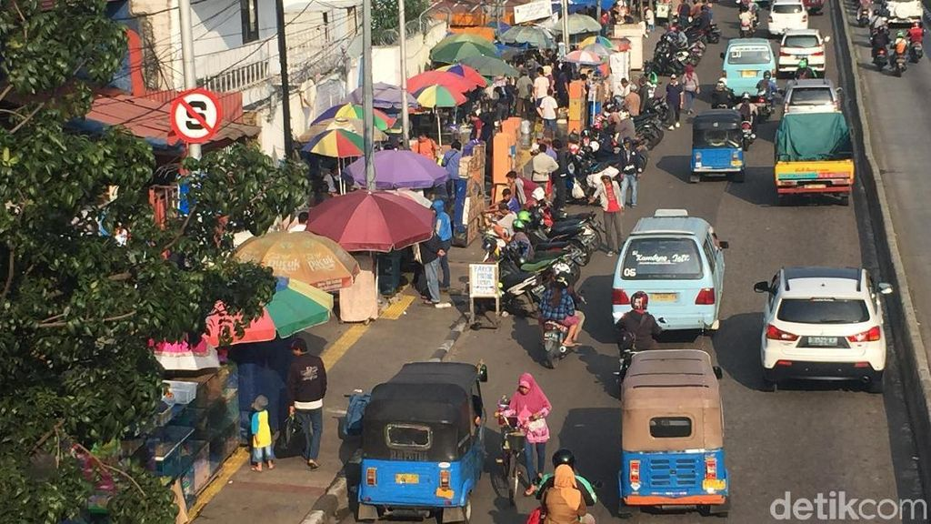 Batal Ditertibkan, PKL Jatinegara Masih Mangkal di Trotoar