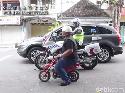 Kocak, Sekali Digeber Moge Polisi, Motor Langsung Ciut