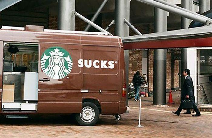 Sebelum pasang iklan memang sebaiknya dilihat dulu medianya. Jangan sampai seperti iklan Starbucks ini. Istimewa/Boredpanda.