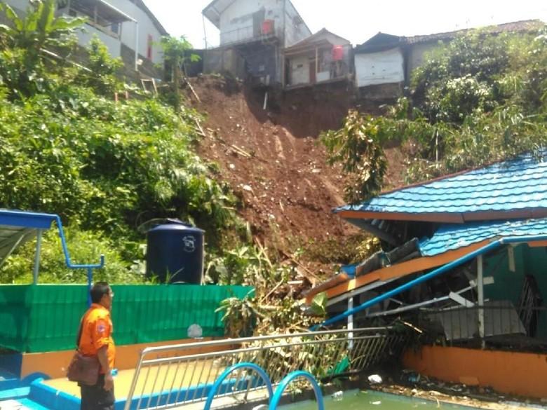 Longsor Terjang Pemukiman Warga di Cicurug Sukabumi