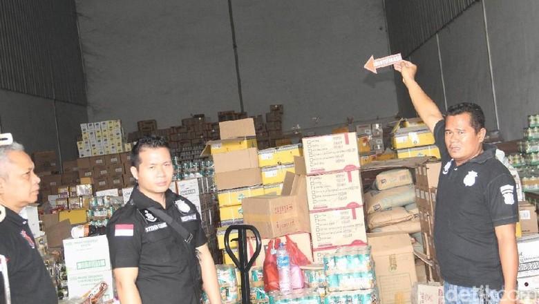 Makanan Kedaluwarsa dari Gudang di Jakbar Disebar ke Swalayan