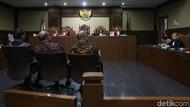 Hakim ke Saksi: Pimpinan Golkar Sebelum Novanto Tak Terbuka?
