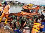 TNI Ikut Berjibaku Angkat Sampah di Teluk Jakarta