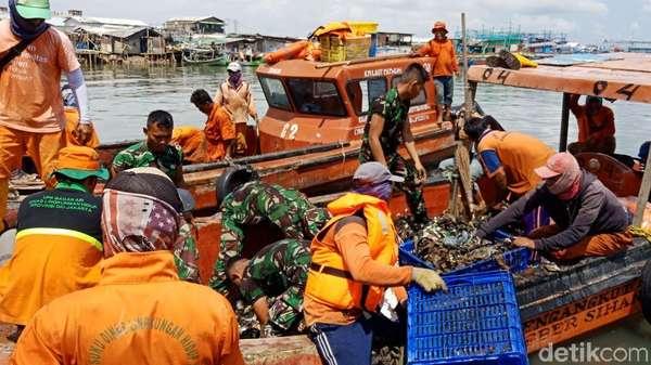 Baru Separuh, Sudah 34 Ton Sampah Diangkut dari Teluk Jakarta