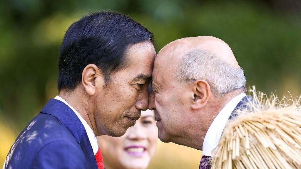 Momen Adu Hidung Jokowi dengan Tetua Suku Selandia Baru