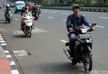 Bandel! Pemotor Ini Tak Pakai Helm dan Nekat Lawan Arus