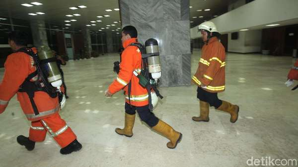 Bamsoet: DPR Tak Kebakaran, Damkar Dipanggil untuk Sedot Asap