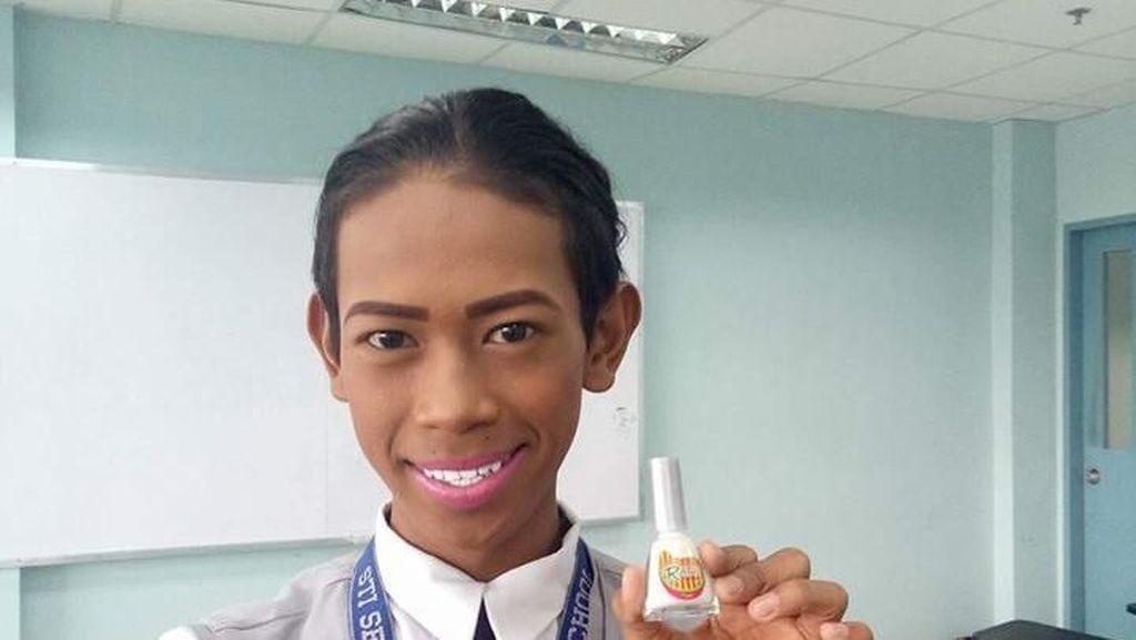 Ekstrem, Aksi Pria Putihkan Gigi Pakai Kuteks Jadi Viral