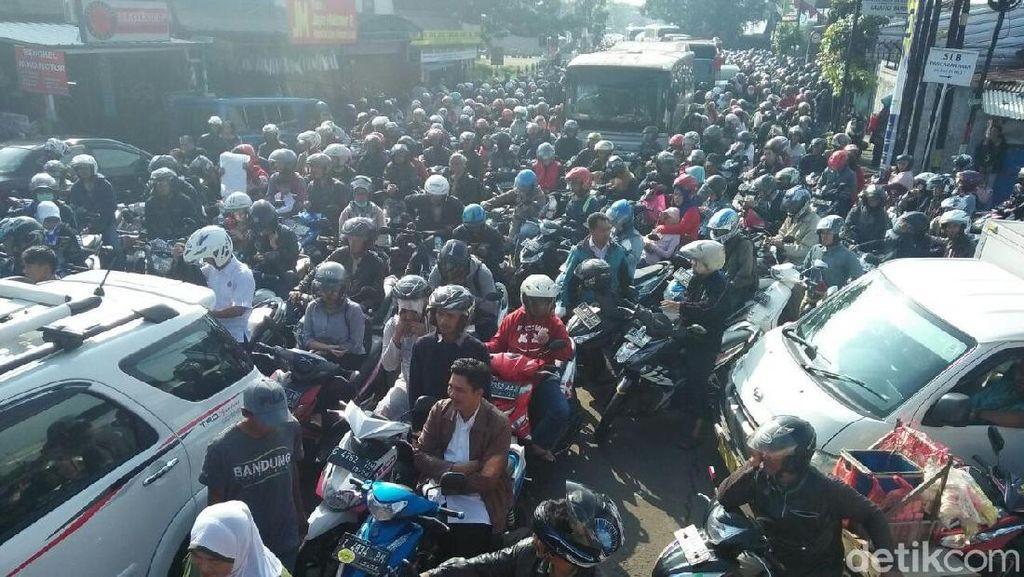 Truk Melintang, Kawasan Ujungberung Bandung Macet Parah!