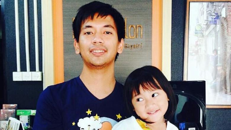 Di Balik Gaya Cueknya, Rian DMasiv adalah Family Man