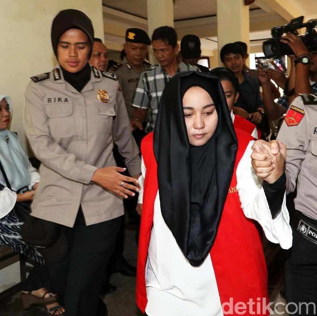Pakai Rompi Tahanan Merah, Bos First Travel Tiba di PN Depok