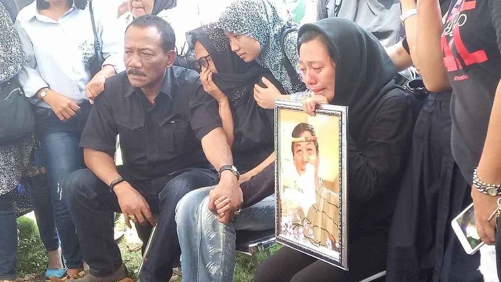 Isak Tangis Anak Istri Iringi Pemakaman Chef Harada