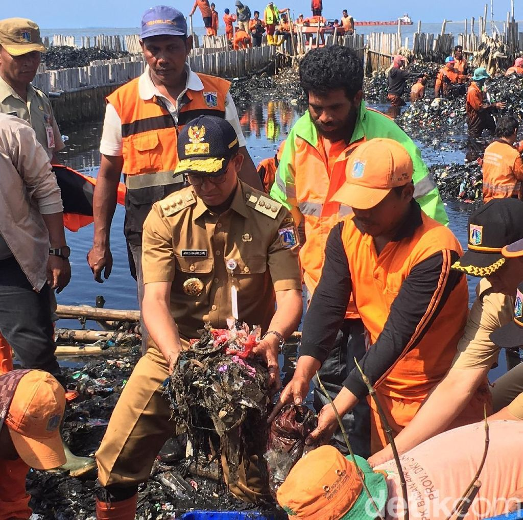 Ini Alasan Anies Ambil Sampah Pakai Tangan di Teluk Jakarta