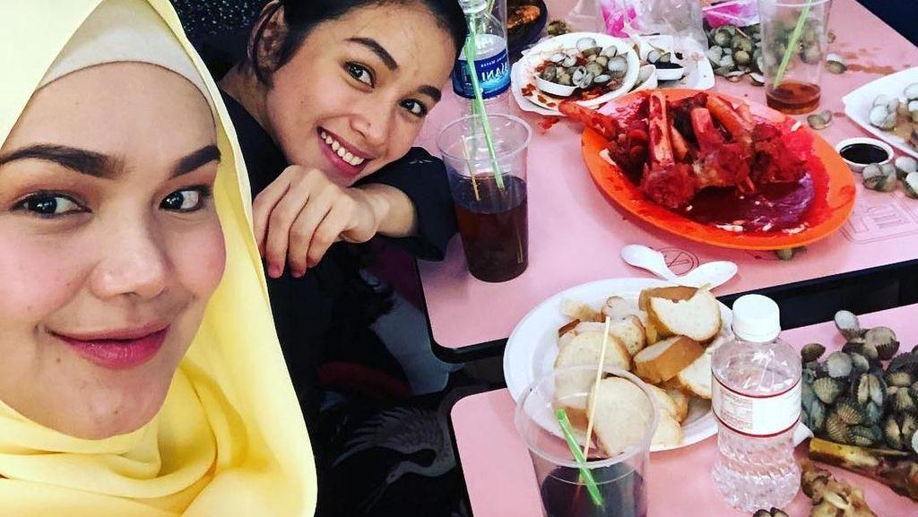 10 Momen Siti Nurhaliza Saat Masak Asam Podeh hingga Makan Salmon