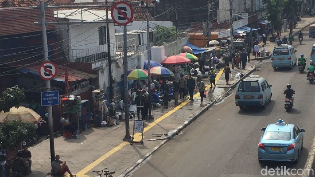 Akan Ditertibkan, PKL Masih Jualan di Trotoar Jatinegara