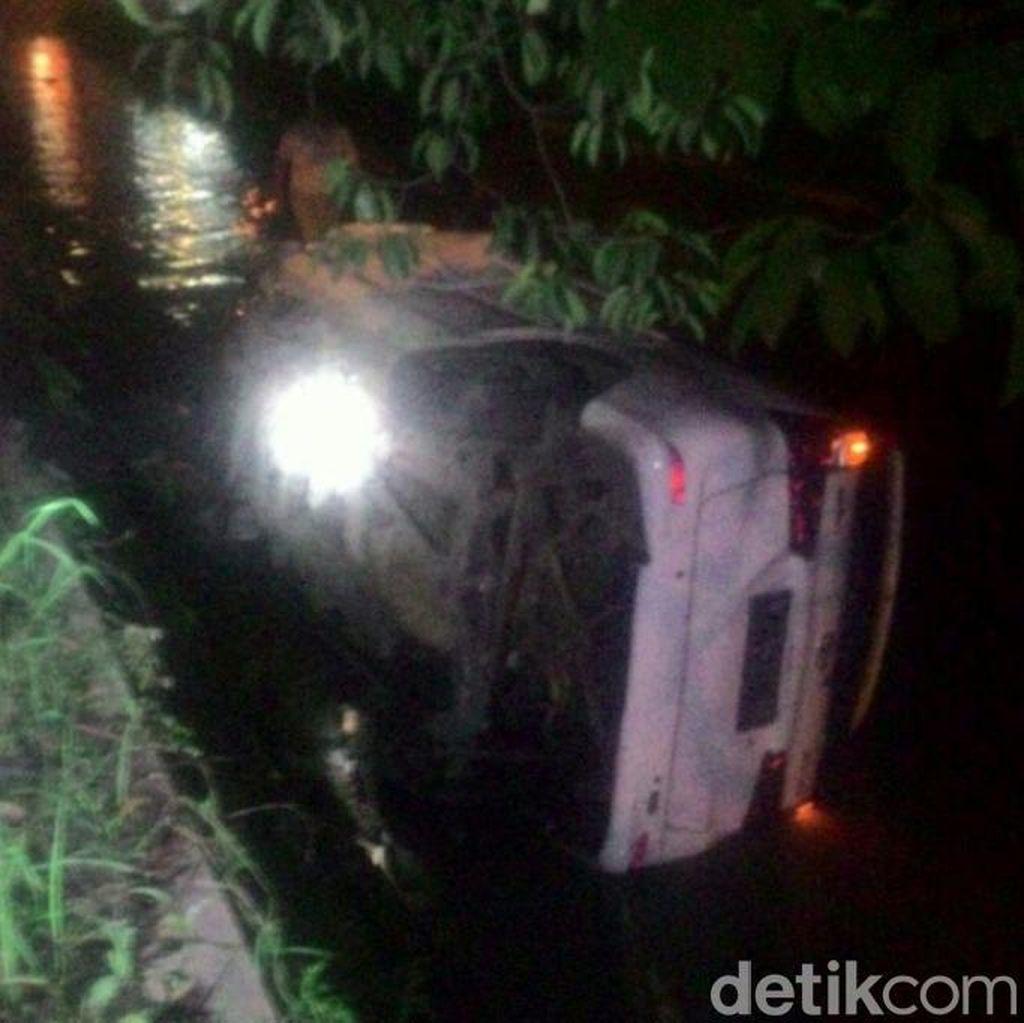 Mobil Nyemplung Sungai karena Jalan Rusak, Sopir Terjepit Satu Jam