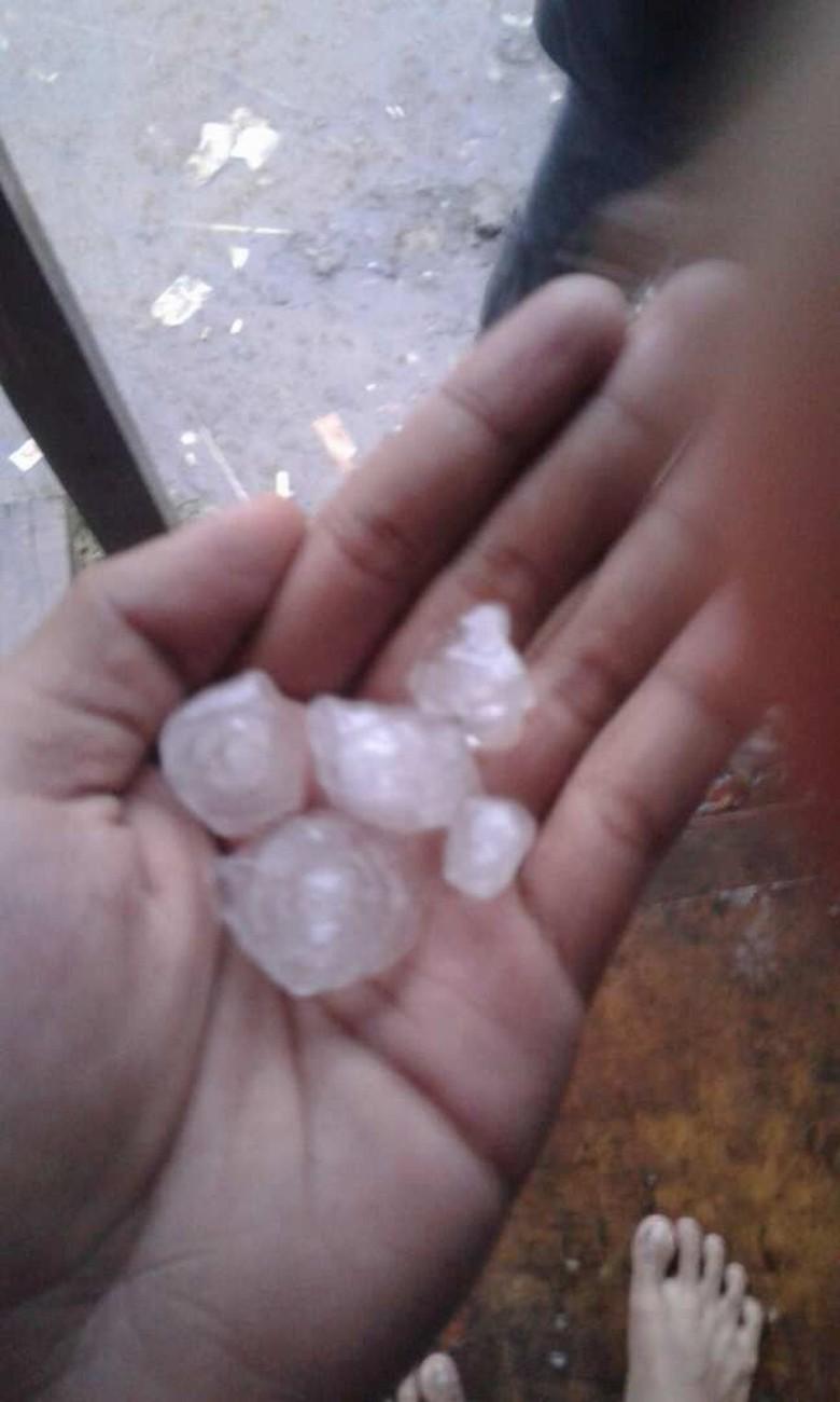 Penampakan Hujan Es di Depok