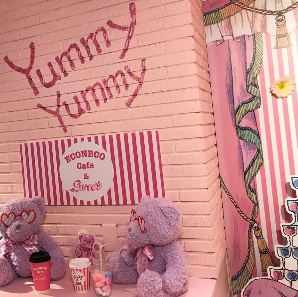 Pinky! Kafe Ini Ditata dengan Warna dan Interior Serba Pink