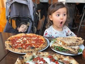 Ups! Lucunya Ekspresi Anak Ini Saat Bergaya dengan Makanan