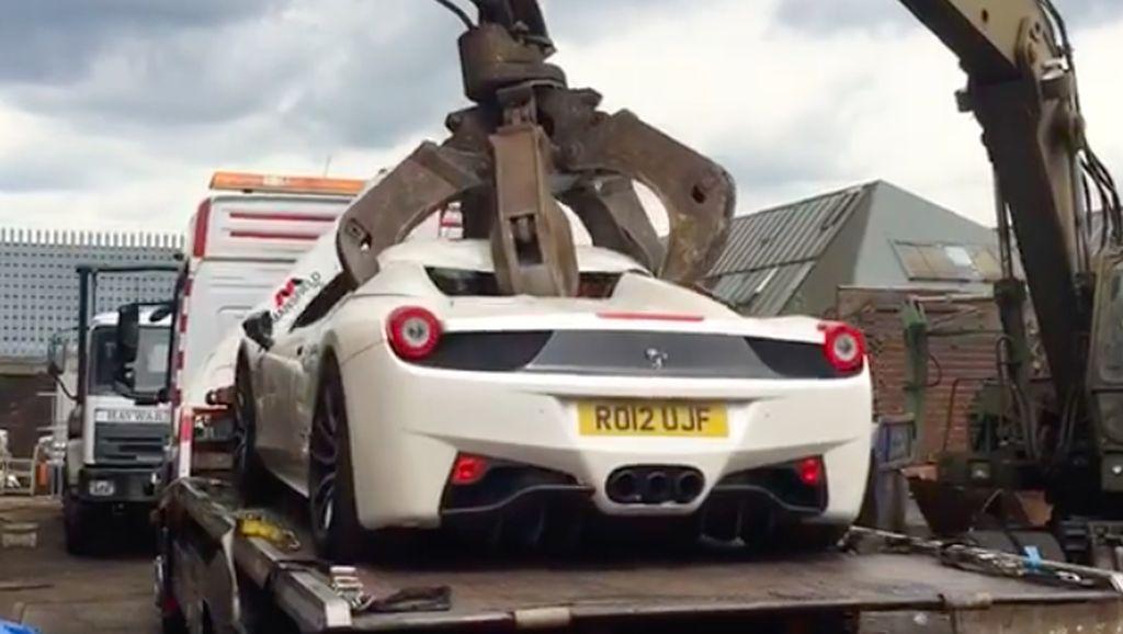 Disangka Barang Curian, Ferrari 458 Spider ini Dihancurkan Polisi