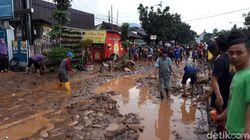Lumpur Sisa Banjir Menumpuk di Cicaheum, Arus Lalin Dialihkan