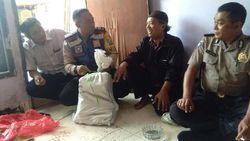 Warga Surabaya Temukan Karung Berisi Kartu Indonesia Pintar