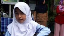 Gadis Cilik Tanpa Kaki Ini Berharap Dapat Kursi Roda dari Jokowi