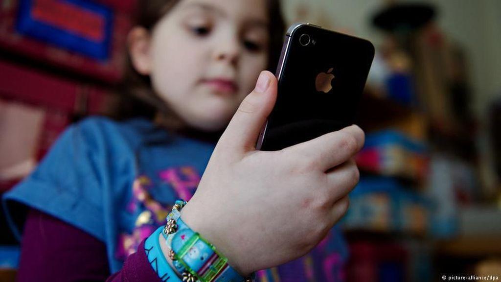 Gunakan Medsos Sejak Dini, Anak Perempuan Tak Bahagia Saat Remaja
