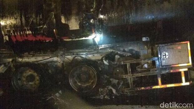 Truk tangki BBM yang terbakar di Tol Merak-Tangerang, Selasa (20/3/2018)