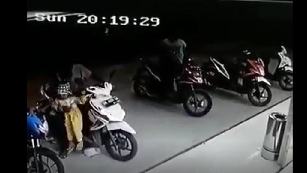 Video Anak Betot Gas Motor Terus Tabrak Minimarket