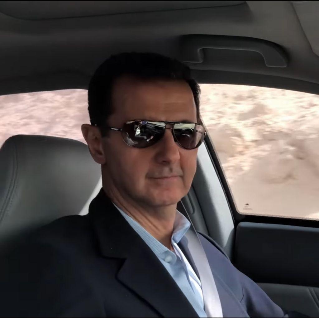 Foto: Nyetir Sendiri, Assad Menyusuri Jalanan Ghouta Timur