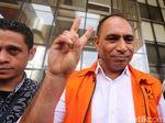 Keluar Gedung KPK, Marinus Sae Acungkan 2 Jari