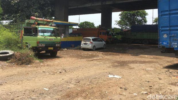 Ada Parkir Truk liar di Kolong Tol Kalijodo