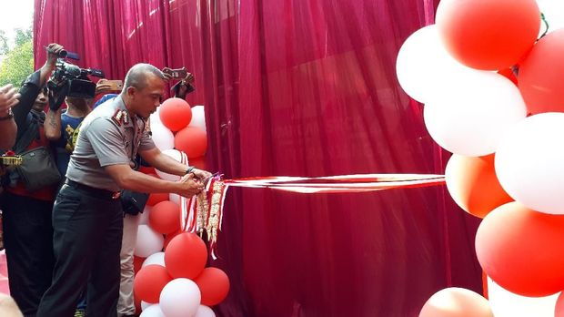 Kombes Pol Rudi menggunting pita peluncuran bus 'Polisi Suroboyo Sobo Kelurahan' (Foto: Zaenal Effendi)