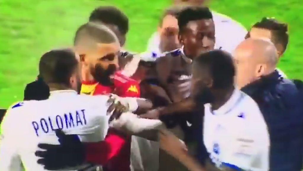 Momen Dua Pesepakbola Satu Tim Baku Hantam di Tengah Pertandingan