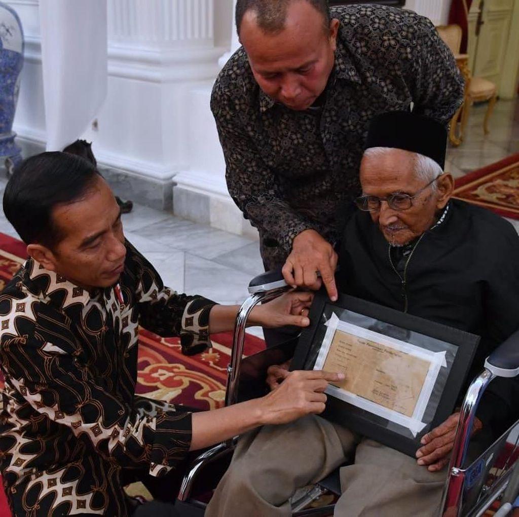 Video Jokowi Bersimpuh di Kursi Roda Nyak Sandang