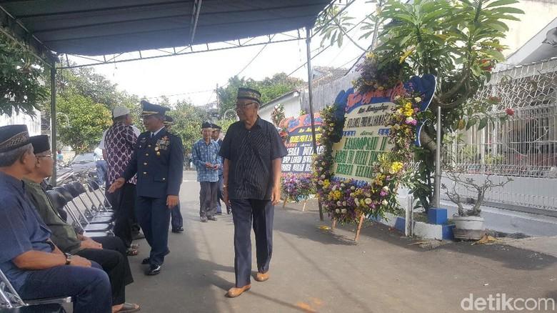 Pelayat Mulai Berdatangan ke Rumah Duka Pilot Hanafie di Malang