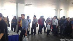 Cari Kerja, Ratusan Orang Rela Antre di Istora Senayan