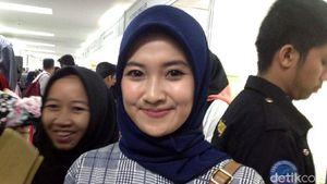 Deretan Gadis Cantik Berburu Kerja di Senayan