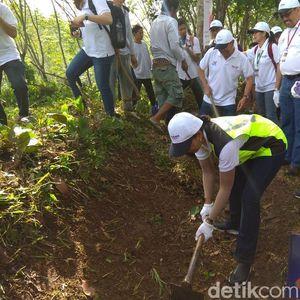 Cek Padat Karya Cash di Walini, Rini Soemarno Ikut Nyangkul