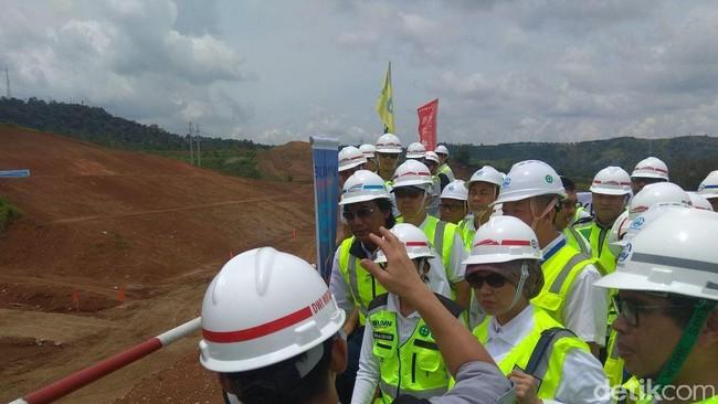 Menteri BUMN Rini Soemarno di lokasi proyek kereta cepat. Foto: Trio Hamdani/detikFinance