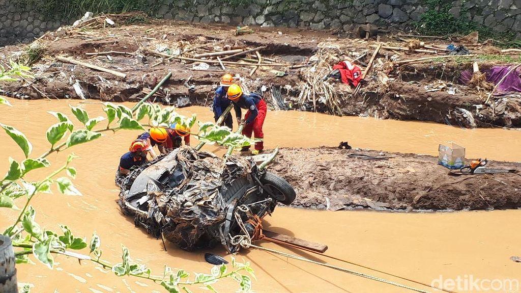 Terseret Banjir sampai 10 Km, Xenia Tak Berbentuk Lagi