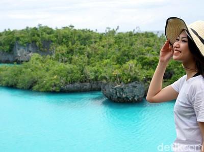 Foto: Pramugari Cantik dan Indahnya Pulau Bair