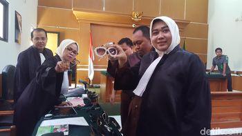 Foto: 'Pameran' Kacamata Anniesa Hasibuan di Sidang First Travel
