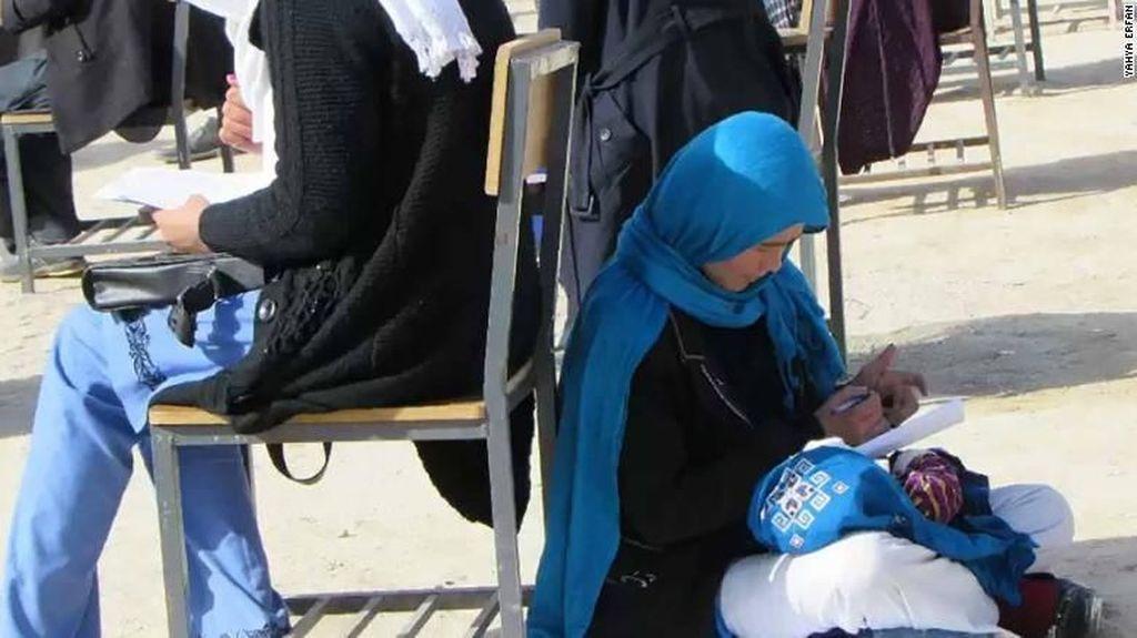 Viral, Foto Wanita Afghanistan Ikut Ujian Sambil Asuh Bayinya